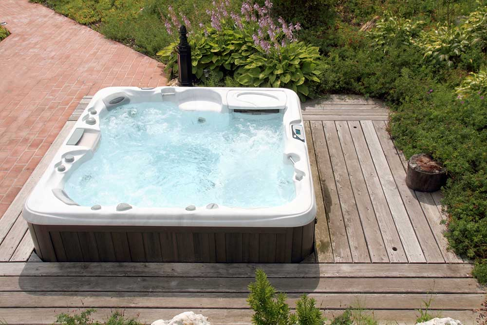 terrasse bois pour jacuzzi diverses id es. Black Bedroom Furniture Sets. Home Design Ideas