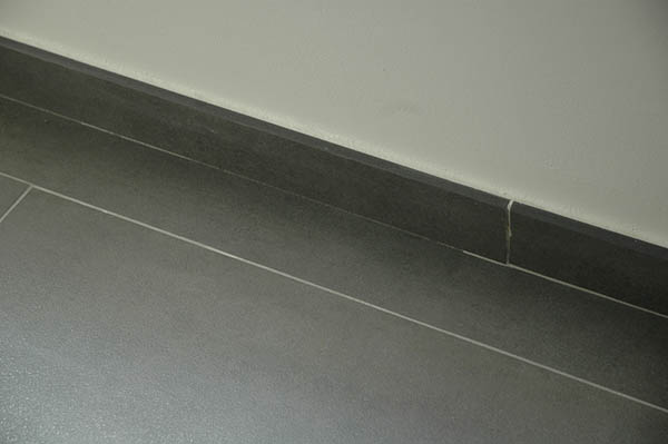 pose de plinthe carrelage poser une plinthe duescalier en. Black Bedroom Furniture Sets. Home Design Ideas