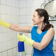 Nettoyer les joints de carrelage sol et mural d'une salle de bain