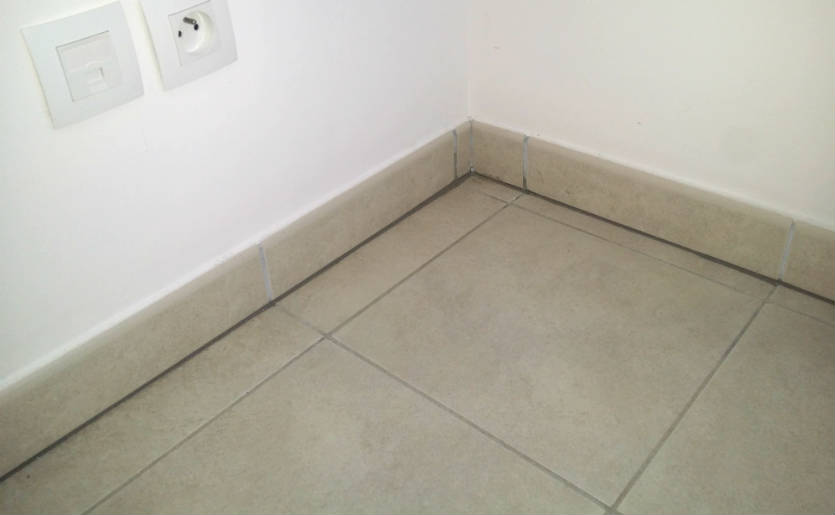 Poser des plinthes en carrelage for Peindre joint carrelage