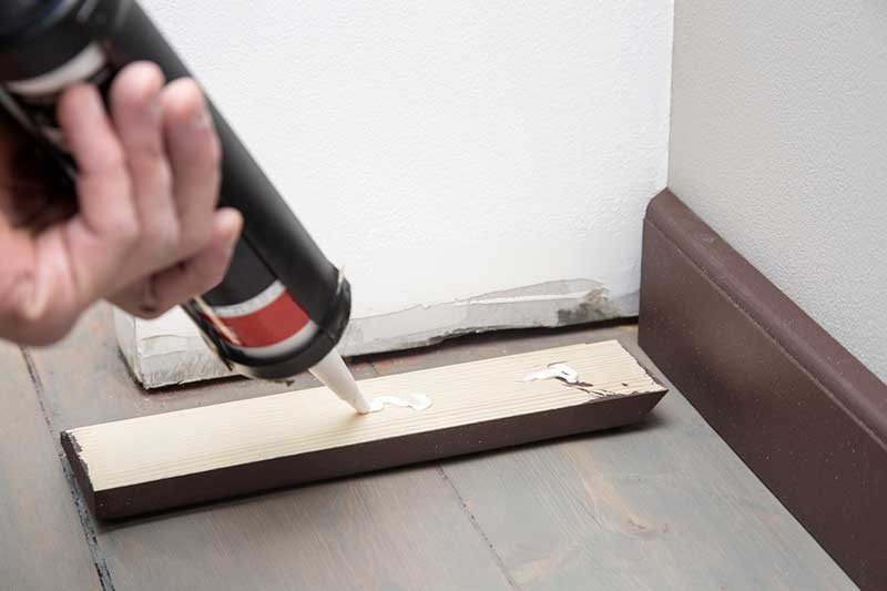 Comment poser des plinthes for Coller carrelage sur bois