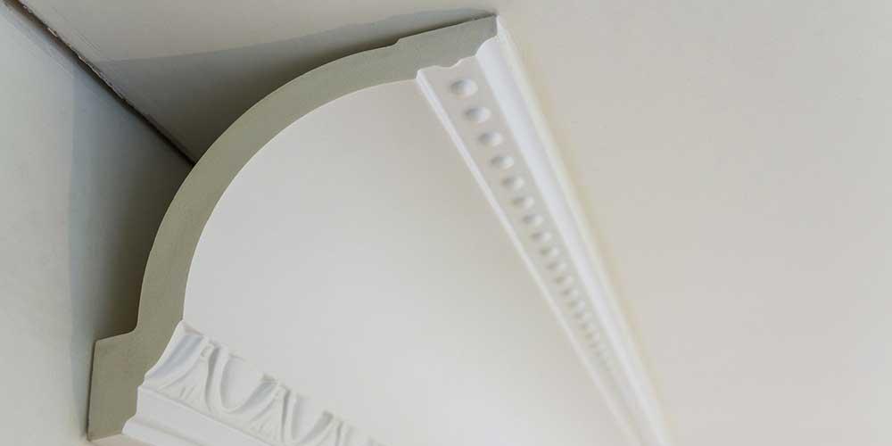 Poser des corniches de plafond - Comment poser des moulures en polystyrene au plafond ...