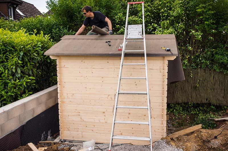 Construire un abri de jardin - Rouleau bitume toiture abri de jardin ...