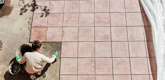 Poser du carrelage sur une terrasse
