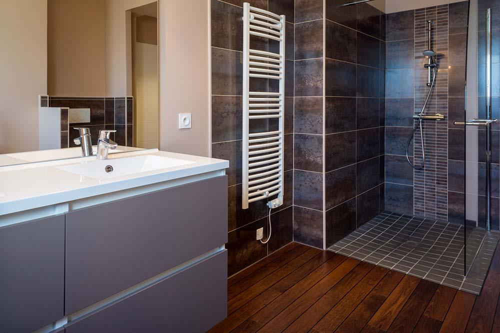 poser parquet stratifié dans salle de bains