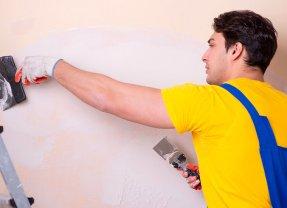Préparation d'un mur avant sa mise en peinture