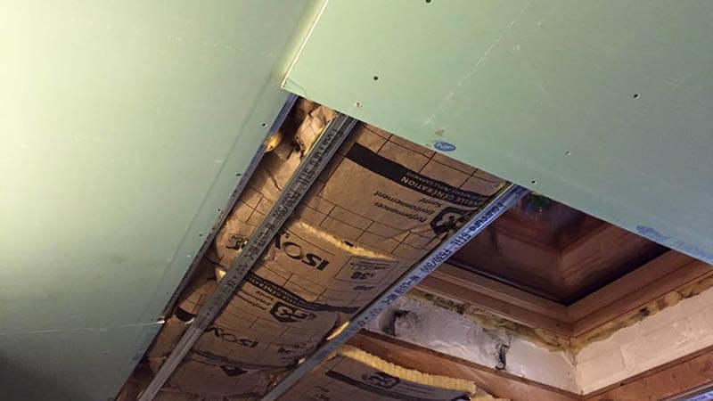 fixation placo plafond